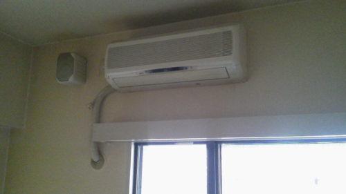 エアコンの回収作業について、大阪ならではのノリでマスターと会話