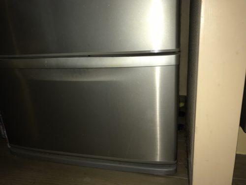 冷蔵庫と壁との隙間は、この様に10cm前後あけましょう