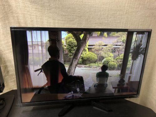 自宅でドラマを視聴中